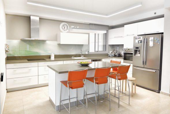 צביעת קיר מטבח-מעל משטח זכוכית.