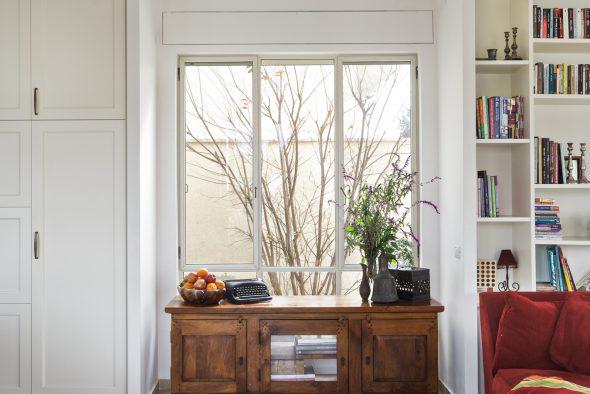 """מבט מדלת הכניסה אל פתח החלון """"בחזית הרביעית"""""""