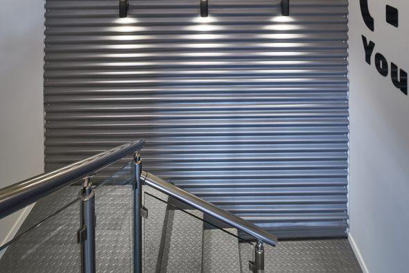 חיפוי פח גלי גם על קיר המדרגות.