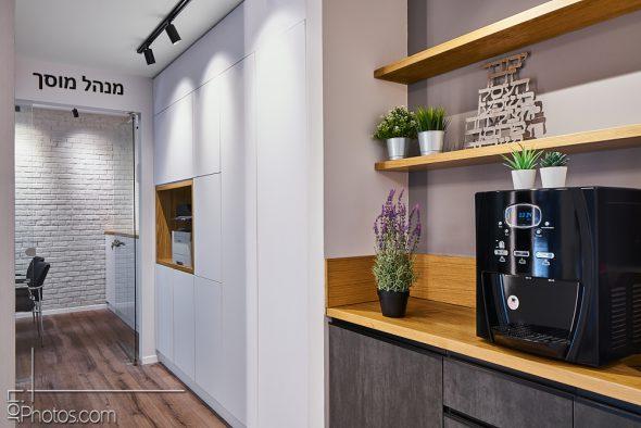 פינת קפה באיזור ההמתנה בקומה העליונה.