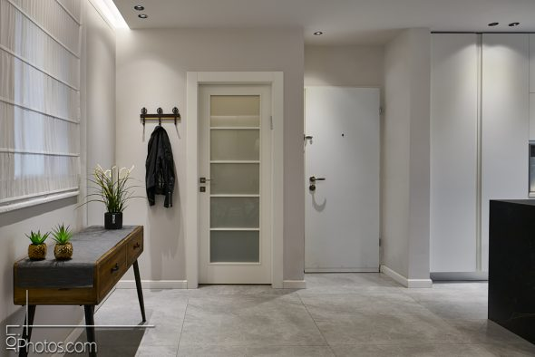 """מבט לדלת הכניסה, ודלת """"הקליניקה לקוסמטיקה"""" של בעלת הבית."""