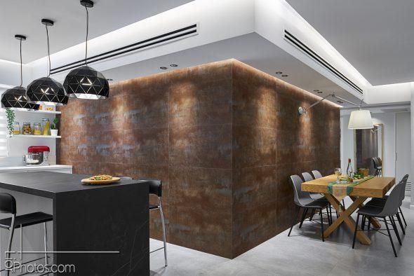 מבט מדלת הכניסה אל הפינה שמחברת בין קיר פינת האוכל לקיר המטבח.