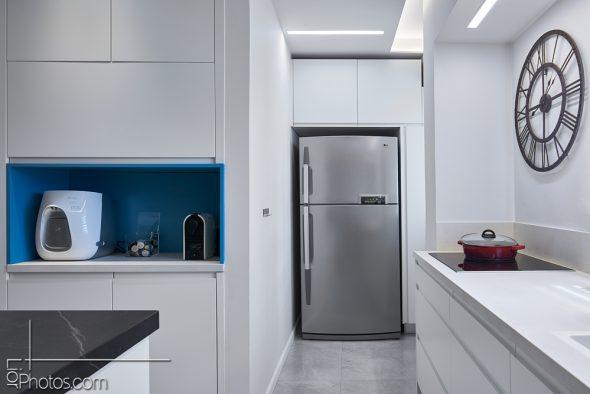 המקרר ממוקם באיזור מרפסת הכביסה המקורית .
