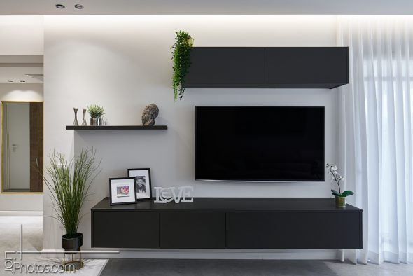 ארונית מסך הטלוויזיה משולבת במדף צידי וקלפה עליונה.