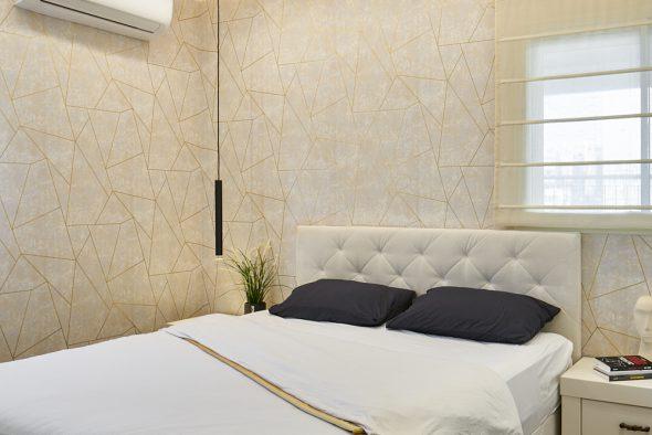 חדר שינה הורים-הטפטים מאחורי ראש מיטה ולצידה-מחבקים את החדר ועוטפים אותו במראה אחיד.