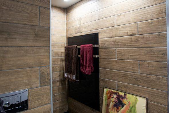 מקלחת בגווני עץ.