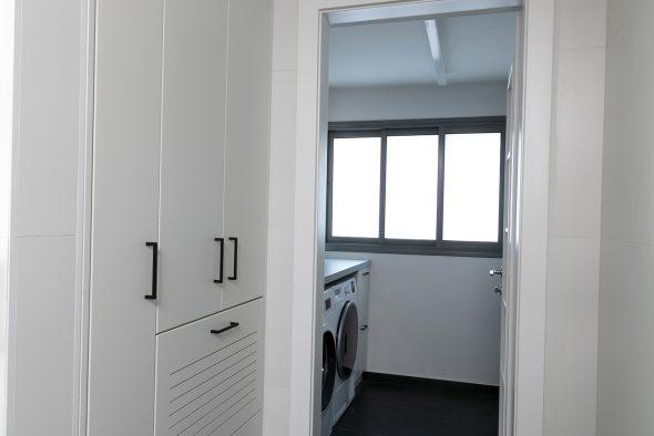 ארון כביסה ענק. מחולק למגירות כביסה, ומדפי אבקות ומרככים. חדר הכביסה ממוקם בהמשך חדר רחצה ילדים.