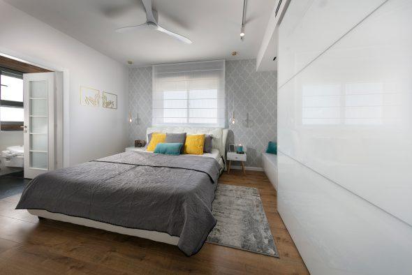 חדר רחצה מזמין, נפתח משמאל לחדר השינה.