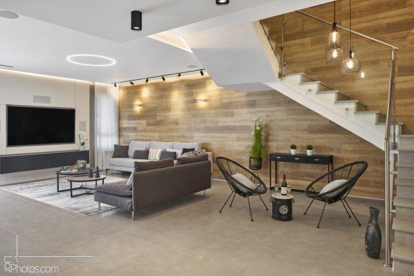 חיפוי העץ מלווה את הבית גם בחלל המדרגות , ובקומת המגורים.